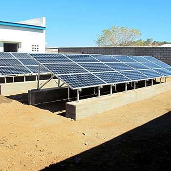 Pompe solaire avec réservoir d'eau. Combinaison pompe solaire avec chloration.