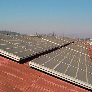 Chauffe-eau solaire collectif de 9000 litres d'eau chaude – applications possibles : hospitalière, piscine ou industrielle.