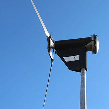 Micro aérogénérateur de 6kVA modulable. Possibilité d'installer de plus grosses centrales combinées avec le solaire pour mini-réseau.